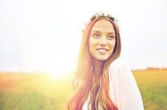 Mujer joven sonriente del hippie en campo de cereal Fotografía de archivo