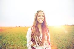 Mujer joven sonriente del hippie en campo de cereal Imagenes de archivo