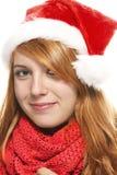 Mujer joven sonriente del redhead con el sombrero de santa Foto de archivo libre de regalías