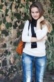 Mujer joven sonriente del retrato al aire libre Imágenes de archivo libres de regalías