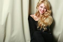 Mujer joven sonriente elegante Fotografía de archivo
