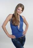 Mujer joven sonriente en #2 azul Imagen de archivo