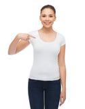 Mujer joven sonriente en camiseta blanca en blanco Foto de archivo libre de regalías