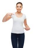 Mujer joven sonriente en camiseta blanca en blanco Fotos de archivo libres de regalías