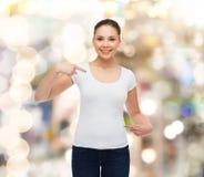 Mujer joven sonriente en camiseta blanca en blanco Imagenes de archivo