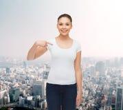 Mujer joven sonriente en camiseta blanca en blanco Imagen de archivo libre de regalías