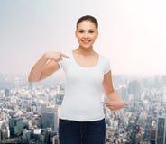 Mujer joven sonriente en camiseta blanca en blanco Imagen de archivo