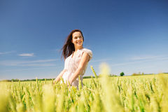 Mujer joven sonriente en campo de cereal Imágenes de archivo libres de regalías