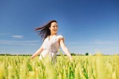 Mujer joven sonriente en campo de cereal Fotografía de archivo