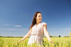 Mujer joven sonriente en campo de cereal Foto de archivo libre de regalías