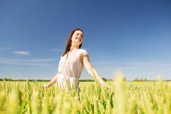 Mujer joven sonriente en campo de cereal Imagenes de archivo