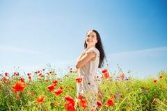 Mujer joven sonriente en campo de la amapola Fotografía de archivo libre de regalías