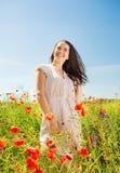 Mujer joven sonriente en campo de la amapola Imagenes de archivo