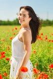 Mujer joven sonriente en campo de la amapola Imagen de archivo