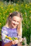 Mujer joven sonriente en campo de la amapola Imágenes de archivo libres de regalías