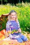Mujer joven sonriente en campo de la amapola Imagen de archivo libre de regalías