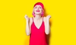 Mujer joven sonriente en casquillo Imágenes de archivo libres de regalías