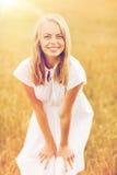 Mujer joven sonriente en el vestido blanco en campo de cereal Fotos de archivo libres de regalías