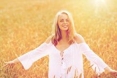 Mujer joven sonriente en el vestido blanco en campo de cereal Foto de archivo libre de regalías