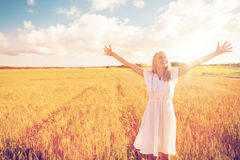 Mujer joven sonriente en el vestido blanco en campo de cereal Imagenes de archivo