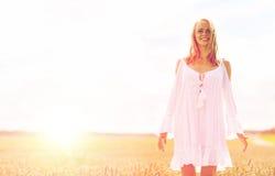 Mujer joven sonriente en el vestido blanco en campo de cereal Imagen de archivo