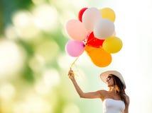 Mujer joven sonriente en gafas de sol con los globos Imagen de archivo