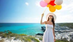 Mujer joven sonriente en gafas de sol con los globos Imágenes de archivo libres de regalías