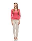 Mujer joven sonriente en jersey rosado y vaqueros Imágenes de archivo libres de regalías