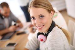 Mujer joven sonriente en la escuela Fotos de archivo libres de regalías