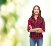 Mujer joven sonriente en ropa casual Foto de archivo