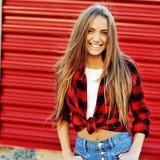 Mujer joven sonriente en ropa casual moderna Fotos de archivo