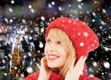 Mujer joven sonriente en ropa del invierno Fotografía de archivo libre de regalías