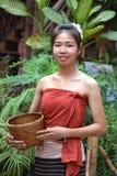Mujer joven sonriente en ropa tradicional Imagenes de archivo