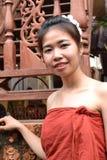 Mujer joven sonriente en ropa tradicional Fotografía de archivo