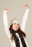 Mujer joven sonriente en sombrero del invierno Imágenes de archivo libres de regalías