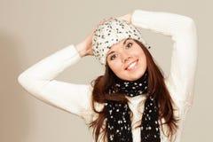 Mujer joven sonriente en sombrero del invierno Imagenes de archivo