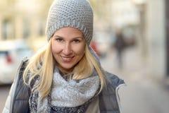 Mujer joven sonriente en un equipo elegante del invierno Imágenes de archivo libres de regalías