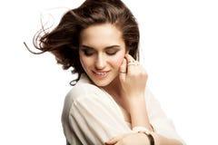 Mujer joven sonriente en un fondo blanco aislado Foto de archivo libre de regalías