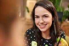 Mujer joven sonriente feliz con la bebida en la barra Imagen de archivo