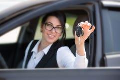 Mujer joven sonriente feliz con llave del coche Fotografía de archivo libre de regalías