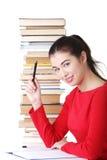 Mujer joven sonriente feliz del estudiante con los libros Foto de archivo