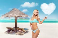 Mujer joven sonriente feliz en bikini en la playa imágenes de archivo libres de regalías