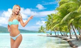 Mujer joven sonriente feliz en bikini en la playa imagenes de archivo