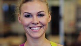 Mujer joven sonriente feliz en el gimnasio almacen de metraje de vídeo