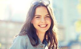 Mujer joven sonriente feliz en la calle de la ciudad del verano Foto de archivo libre de regalías