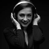 Mujer joven sonriente feliz hermosa del pelo largo que escucha el musi Imágenes de archivo libres de regalías