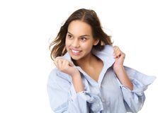Mujer joven sonriente feliz que sostiene la camisa y que mira lejos Fotos de archivo