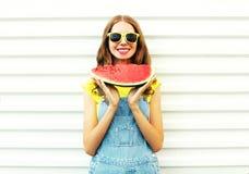 Mujer joven sonriente feliz que sostiene una sandía sobre un blanco Foto de archivo libre de regalías