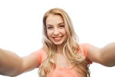 Mujer joven sonriente feliz que toma el selfie Fotografía de archivo