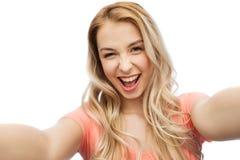 Mujer joven sonriente feliz que toma el selfie Imagenes de archivo